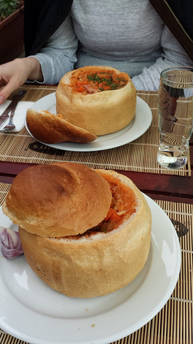 ciorba de fasola in bol de paine